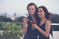 Amis féminins avec des cocktails photos stock