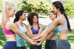 Amis féminins avec des mains empilées ensemble Images stock
