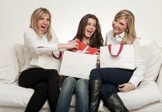 Amis féminins avec des présents Photographie stock