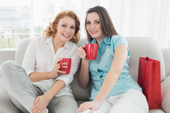 Amis féminins avec des tasses de café à la maison Photos libres de droits