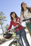 Amis féminins avec des vélos de montagne Photos stock