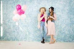 Amis féminins avec l'appareil-photo de photo Photo stock