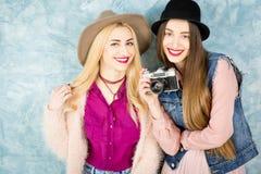 Amis féminins avec l'appareil-photo de photo Image stock