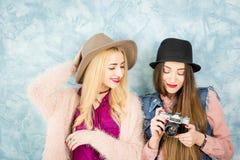 Amis féminins avec l'appareil-photo de photo Images stock