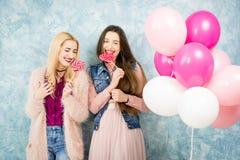 Amis féminins avec la sucrerie et les baloons Image stock