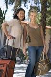 Amis féminins avec le bagage des vacances Photos stock