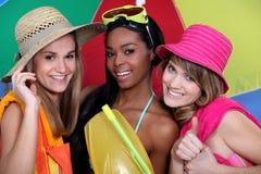 Amis féminins avec le tenue de plage Photographie stock
