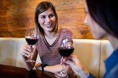 Amis féminins avec le verre à vin Image stock