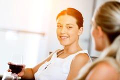 Amis féminins avec le verre de vin Image stock