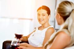 Amis féminins avec le verre de vin Photos stock