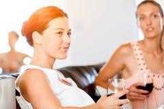 Amis féminins avec le verre de vin Photo libre de droits