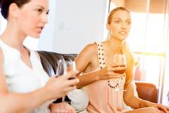 Amis féminins avec le verre de vin Photo stock