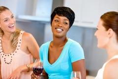 Amis féminins avec le verre de vin Photos libres de droits