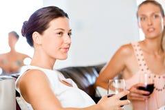 Amis féminins avec le verre de vin Images stock