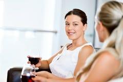 Amis féminins avec le verre de vin Photographie stock libre de droits