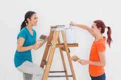 Amis féminins avec les pinceaux et l'échelle Photos libres de droits