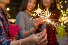 Amis féminins ayant l'amusement à la célébration Photos stock