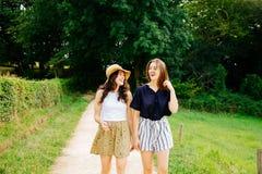 Amis féminins ayant l'amusement dans la nature verte Photos stock