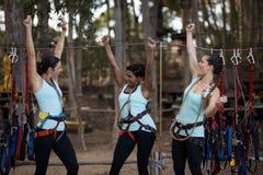 Amis féminins ayant l'amusement dans le parc Images libres de droits