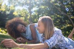 Amis féminins ayant l'amusement dans le parc Photo stock