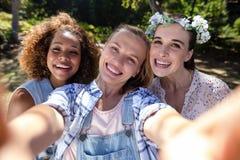 Amis féminins ayant l'amusement dans le parc Photographie stock libre de droits