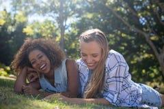 Amis féminins ayant l'amusement dans le parc Image libre de droits