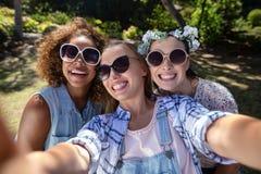 Amis féminins ayant l'amusement dans le parc Image stock