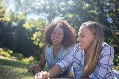Amis féminins ayant l'amusement dans le parc Photo libre de droits