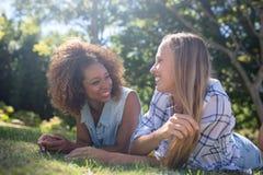 Amis féminins ayant l'amusement dans le parc Photos stock