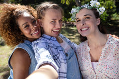 Amis féminins ayant l'amusement dans le parc Photographie stock