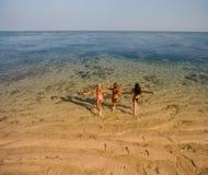 Amis féminins ayant l'amusement des vacances de plage Images stock
