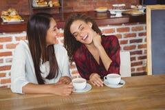 Amis féminins ayant le café Images libres de droits