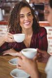 Amis féminins ayant le café Images stock