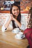 Amis féminins ayant le café Image stock
