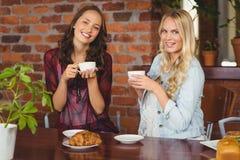 Amis féminins ayant le café au café Photo stock