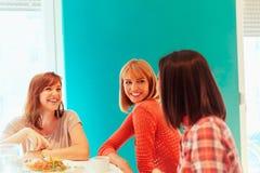 Amis féminins ayant une vie sociale à la maison Photographie stock