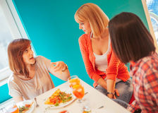 Amis féminins ayant une vie sociale à la maison Image stock