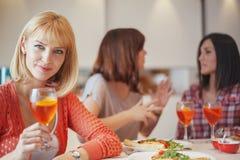 Amis féminins ayant une vie sociale à la maison Photo stock