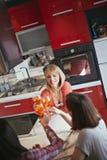 Amis féminins ayant une vie sociale à la maison Photos stock