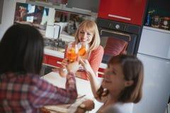 Amis féminins ayant une vie sociale à la maison Photographie stock libre de droits