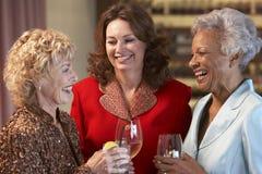 Amis féminins ayant une vie sociale à un bar Images stock