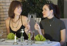 Amis féminins buvant du champagne Photographie stock libre de droits