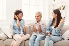 Amis féminins causant à la maison Image libre de droits