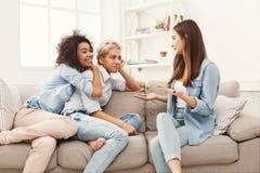 Amis féminins causant à la maison Images libres de droits