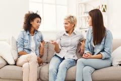 Amis féminins causant à la maison Photos stock