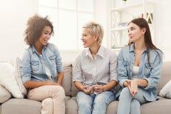 Amis féminins causant à la maison Photo libre de droits