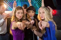 Amis féminins chantant la chanson ensemble dans la barre Images libres de droits