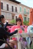 Amis féminins détendant à un restaurant extérieur Image stock
