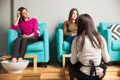 Amis féminins détendant à une station thermale de beauté Images stock