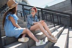 Amis féminins détendant dans la ville Photographie stock